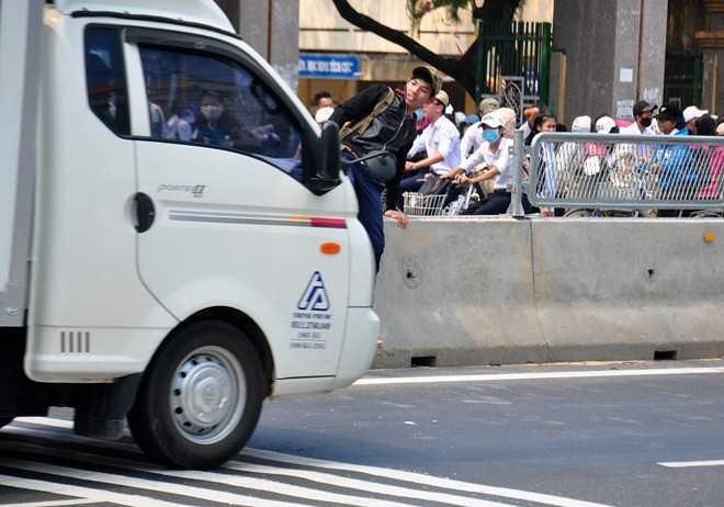 Người dân băng qua đường sau khi tháo tấm chống lóa. Ảnh: Minh Hoàng.