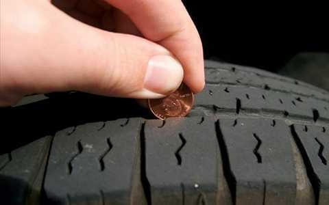 Sử dụng thí nghiệm nhỏ với đồng xu quay ngược đầu nhân vật xuống dưới để kiểm tra độ hao mòn lốp