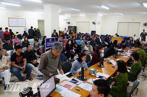 Nhiều người dân đi làm thủ tục cấp thẻ căn cước công dân ở Hà Nội trong ngày 4/1