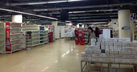 Tầng 2 siêu thị SapoMart Hà Đông, nhiều tủ hàng đã trống trơn. Ảnh: N.Thảo