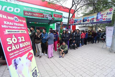 Từ sáng sớm đã có khách hàng đã xếp hàng ở cửa siêu thị chờ đợi