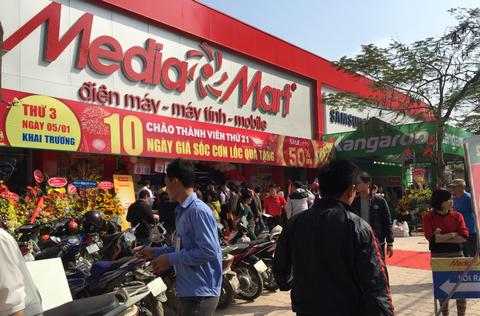 Đến trưa,lượng khách vẫn tiếp tục đổ về siêu thị MediaMart Xa La