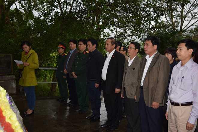 Thứ trưởng Trương Minh Tuấn và đoàn công tác dâng hương tại Nhà tưởng niệm Di tích Lèn Hà