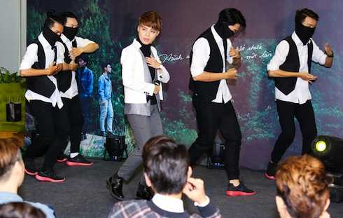 Vũ Cát Tường biểu diễn ca khúc 'Mơ'.