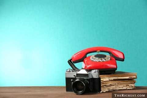 Danh bạ điện thoại. Đã có khi nào, bạn cầm một quyển danh bạ dày cộp chỉ để tìm một số điện thoại của một người quen? Nếu đã từng, chắc hẳn bạn sẽ thấy được sự bất tiện cực kỳ lớn từ vấn đề này. Vì vậy, mạng Internet cho phép lưu trữ số điện thoại hay gọi điện online là giải pháp thay thế hoàn hảo