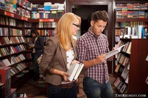 Cửa hàng băng đĩa nhạc và cửa hàng sách. Nhạc số - Ebooks là những gì chúng ta thường quen ở xã hội hiện nay. Giống như báo giấy, sách in cũng đang dần mất đi vị thế của mình. Một phần cũng bởi lẽ Ebooks - sách điện tử quá tiện dụng và nhanh chóng truy cập khiến sách in không thể