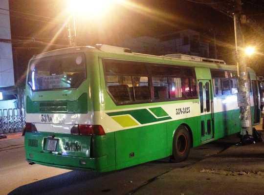 Chiếc xe buýt kịp dừng lại trước khi cán qua người nạn nhân