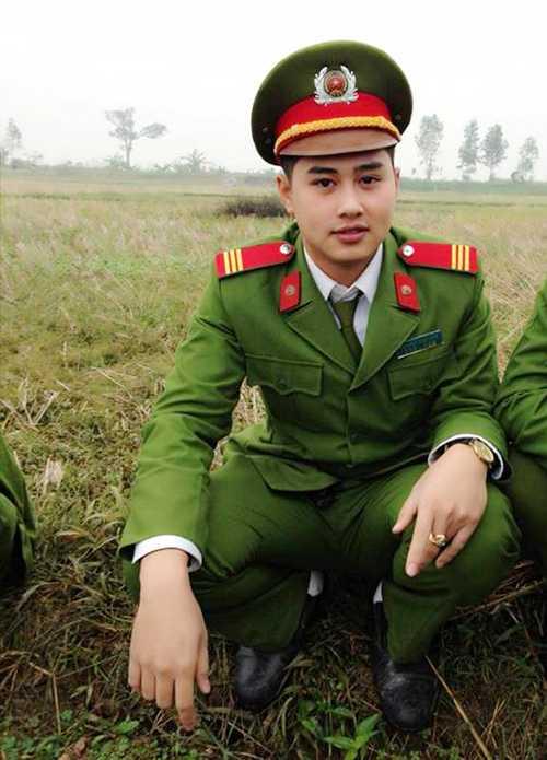 Minh Long (1991) từng học Trung cấp Cảnh sát vũ trang (T45), hiện anh bạn đang công tác trong Đội cảnh sát điều tra tội phạm về trật tự xã hội công an huyện Phúc Thọ, TP. Hà Nội.