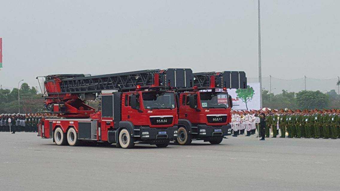 Xe thang chuyên dụng của Sở Cảnh sát PCCC Hà Nội có thể vươn cao 56 mét   dùng trong các phương án cứu nạn ở những khu chung cư, toà nhà cao tầng.