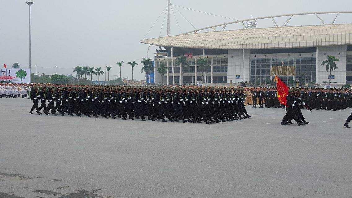Ngoài các vũ khí tối tân, tham gia các hoạt động bảo vệ Đại hội Đảng 12 còn có các chiến sỹ thuộc các đội cảnh sát đặc nhiệm,cảnh sát cơ động tinh nhuệ, nhanh nhạy.