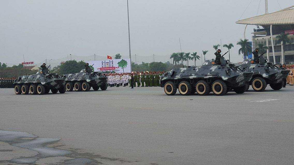 Trong đó có dàn xe bộ binh bánh lốp (BTR - 60PB) của Bộ Tư lệnh Thủ đô. Hỏa lực mạnh   cộng với tính cơ động cao nên xe có thể chở bộ đội tác chiến trên nhiều   địa hình và làm nhiệm vụ chống bạo loạn.
