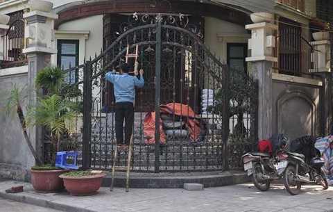 Mặt sau căn biệt thự là đoạn giao   nhau giữa phố Quảng An và Quảng Khánh. Hiện tại căn biệt thự này đang   được quây bạt để sửa chữa.