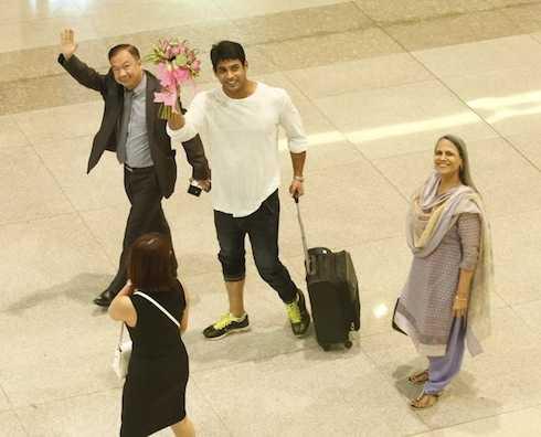 Siddharth Shukla là người đầu tiên ra khỏi máy bay.