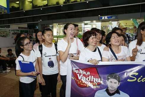 Khán giả Việt Nam xếp hàng dài đón hai diễn viên yêu thích.