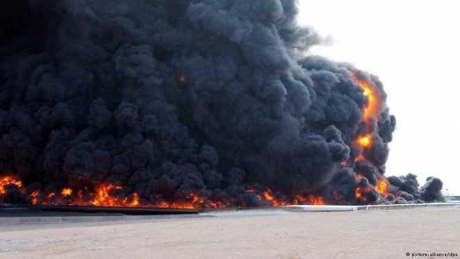 Một vụ tấn công khủng bố nhằm vào cơ sở lọc dầu ở Libya. (Ảnh: dw.com)