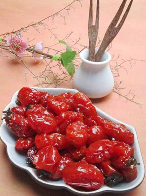 Cà chua bi vốn quen thuộc trong   các món salad đã được nhiều cửa hàng sản xuất mứt chế biến thành mứt   dẻo, mứt cà chua xào cay hương vị khá lạ lẫm. Ngoài ra, chúng thu hút   khách mua vì mức giá khá