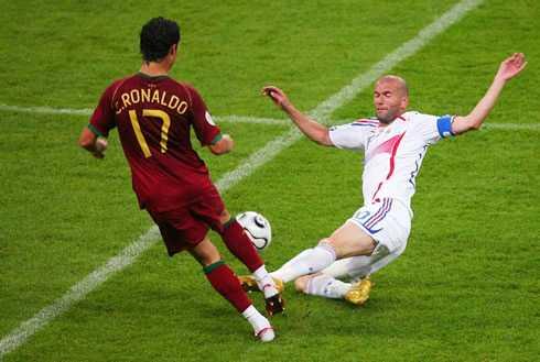 Zidane đối đầu Ronaldo trên sân cỏ