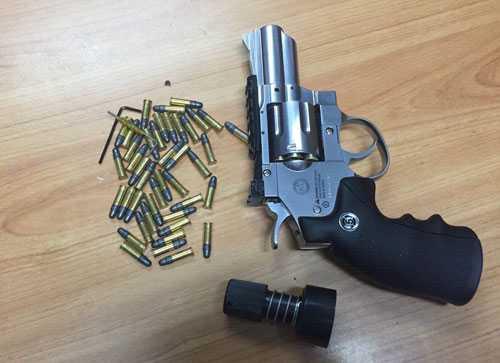 Tang vật súng, đạn thu giữ khi chuẩn bị lên máy bay