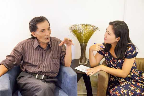 Nhà báo Đinh Thu Hiền làm việc với Thương Tín.