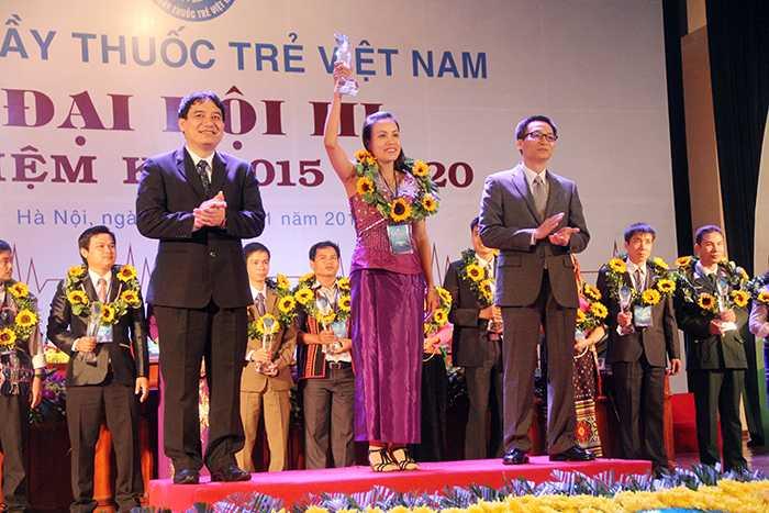 Phó Thủ tướng Vũ Đức Đam và Bí thư thứ nhất Trung ương Đoàn Nguyễn Đắc Vinh tuyên dương 30 thầy thuốc trẻ bám bản tiêu biểu (Ảnh: Phạm Thịnh)