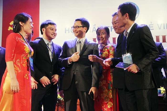 Phó Thủ tướng Vũ Đức Đam trò chuyện với các đại biểu Thầy thuốc trẻ  (Ảnh: Phạm Thịnh)