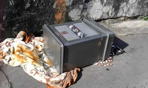 Chiếc két sắt bị trộm rinh đi bỏ ngoài đường