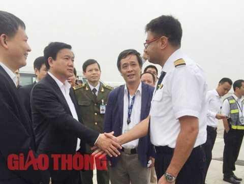 Ngay tại sân bay Nội Bài, Bộ trưởng Đinh La Thăng bắt tay chúc mừng cơ trưởng chuyến bay đã xử lý tình huống chuẩn xác đảm bảo an toàn cho 162 hành khách