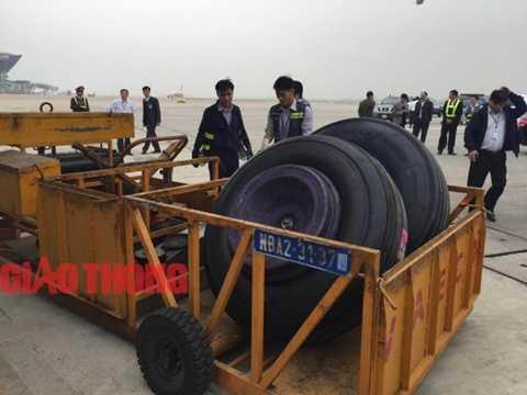 Nhân viên trung tâm bảo dưỡng ngoại trường đang kiểm tra kỹ thuật lốp máy bay