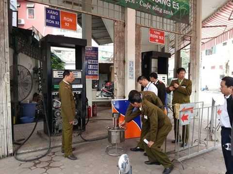 Cơ quan chức năng bắt giữ vụ gắn chíp điều khiển gian lận 5% xăng dầu ở cây xăng trên đường Trần Khát Trân (Hà Nội)