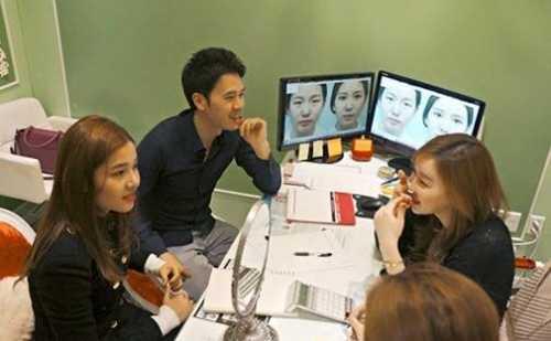 Cô đang nhận tư vấn từ các bác sỹ phẫu thuật người Hàn Quốc.