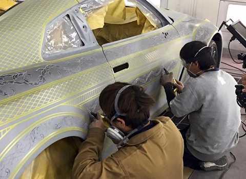 Những người thợ tài hoa Nhật Bản đã phải mất hàng trăm giờ để hoàn tất, từ việc vẽ bằng tay đến chạm khắc