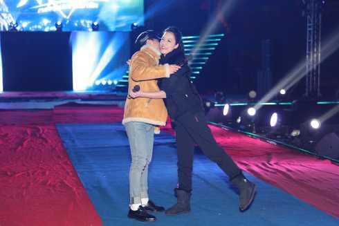 Nam ca sĩ không giấu được niềm vui, ôm hôn Thu Phương khi nữ ca sĩ tới buổi tổng duyệt.