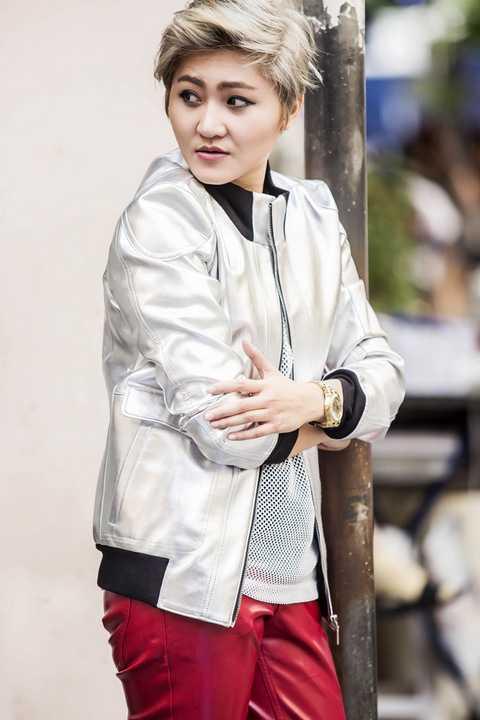 Từ trước đến nay, Vicky Nhung ngoài việc gây ấn tượng với phong cách âm nhạc phóng khoáng, cá tính, cô còn gây chú ý bởi gu thời trang mạnh mẽ của mình.Với việc luôn trung thành với phong cách tomboy ngoài đời thường lẫn trên sân khấu, nhiều khán giả từng đặt ra nghi vấn về giới tính của nữ ca sĩ.