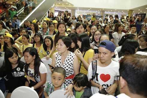 Hàng ngàn fan đã có mặt để giao lưu cùng các nghệ sỹ.