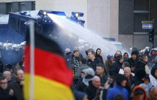 Cảnh sát dùng vòi rồng giải tán người biểu tình ở Cologne ngày 9/1 (Reuters)