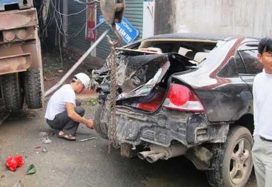 Chiếc xe con 4 chỗ nát bét sau tai nạn
