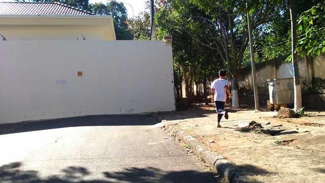 Tường rào trụ sở HĐND và UBND tỉnh chắn ngang đường Phạm Hồng Thái. Ảnh: M. Q
