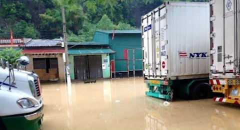 Mưa lớn kéo dài khiến tuyến đường trục chính vào cửa khẩu Tân Thanh ngập sâu. Ảnh: Tin nóng Lạng Sơn.