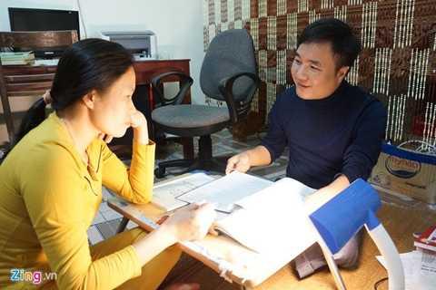 Vợ chồng thầy Hương cùng nhau soạn giáo án, chia sẻ về chuyên môn giảng dạy