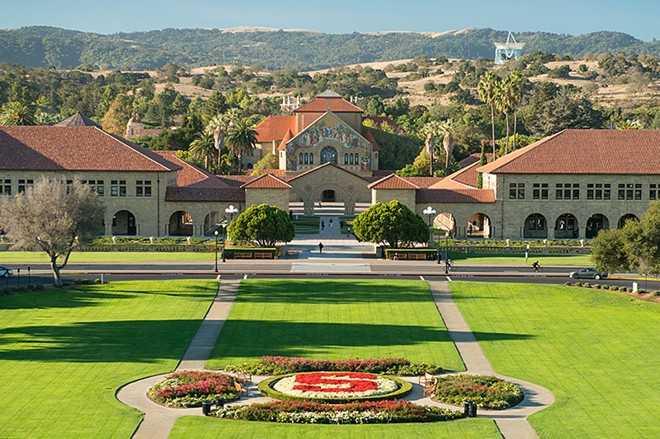 Nằm ở bang California, Đại học Stanford nổi tiếng với khung cảnh đẹp. Tuy nhiên, cảnh đẹp không giúp sinh viên thoát khỏi áp lực học tập. Theo Stanford Daily, năm 2014, 23% sinh viên của trường có ý định tự tử. Ngoài ra, họ thường xuyên cảm thấy căng thẳng và dễ mắc chứng trầm cảm vì chương trình học quá nặng.