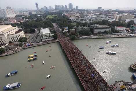 Cây cầu Jones ở thủ đô Manila tràn ngập người
