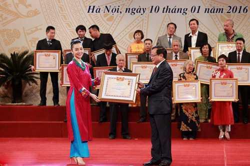 Linh Nga nhận danh hiệu Nghệ sĩ ưu tú ở tuổi 30.