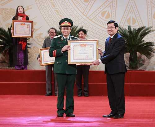 Nghệ sĩ Tự Long nhận danh hiệu Nghệ sĩ nhân dân.