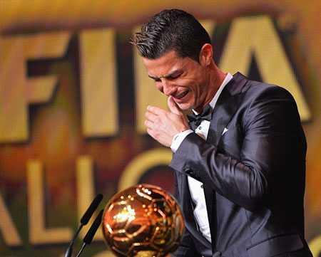 Ronaldo òa khóc khi lần đầu chiến thắng Messi