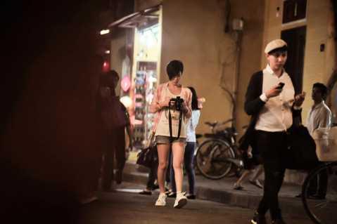 Lý Nhã Kỳ bất ngờ bị bắt gặp khi đang đi dạo phố đêm Hội An cùng