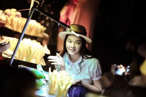 Có vẻ chuyến ghé thăm Việt Nam lần này của Xa Thi Mạn khá bí mật nên báo chí hầu như không có thông tin về sự xuất hiện của cô.