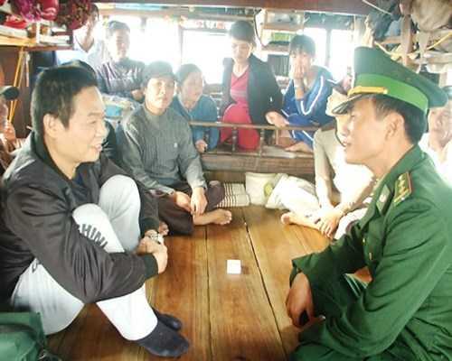 Từ Tự Lập (áo đen bên trái) vui mừng vì được cứu sống