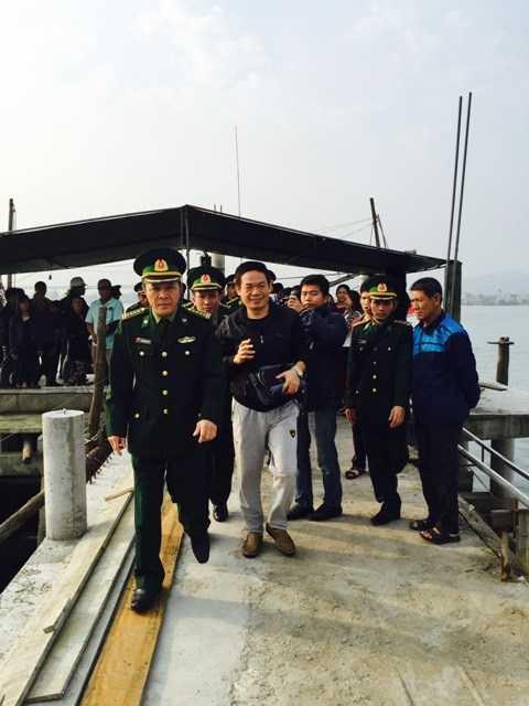 Bộ đội biên phòng cấp quần áo và đồ dùng cá nhân mới cho anh Từ Tự Lập trong thời gian chờ bàn giao cho phía Trung Quốc