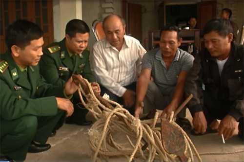 Chiếc mỏ neo của tàu cá Trung Quốc được cho là đã làm đứt lưới của ngư dân Quảng Trị. Ảnh: Hoàng Táo