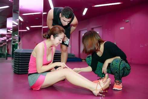Jennifer Phạm bị thương trong lúc tập luyện... và phải chịu nhiều đau đớn.